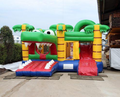 ERKA Pfahl hat zum Sommerfest für die kleinen Gäste eine Hüpfburg aufgebaut.