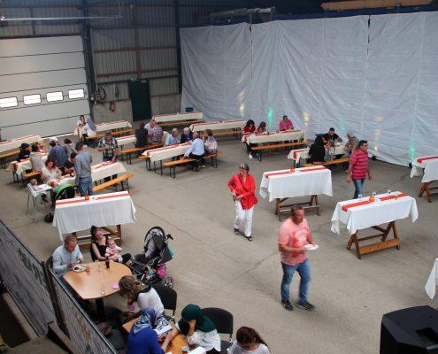ERKA Pfahls Lagerhalle ist zur Festhalle umgestaltet.