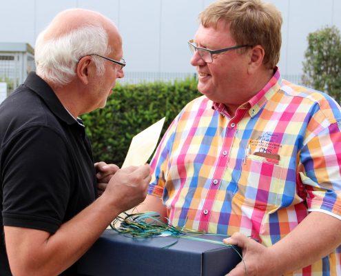 Strahlend nimmt Henk de Jong seine Gäste samt Präsenten in Empfang.
