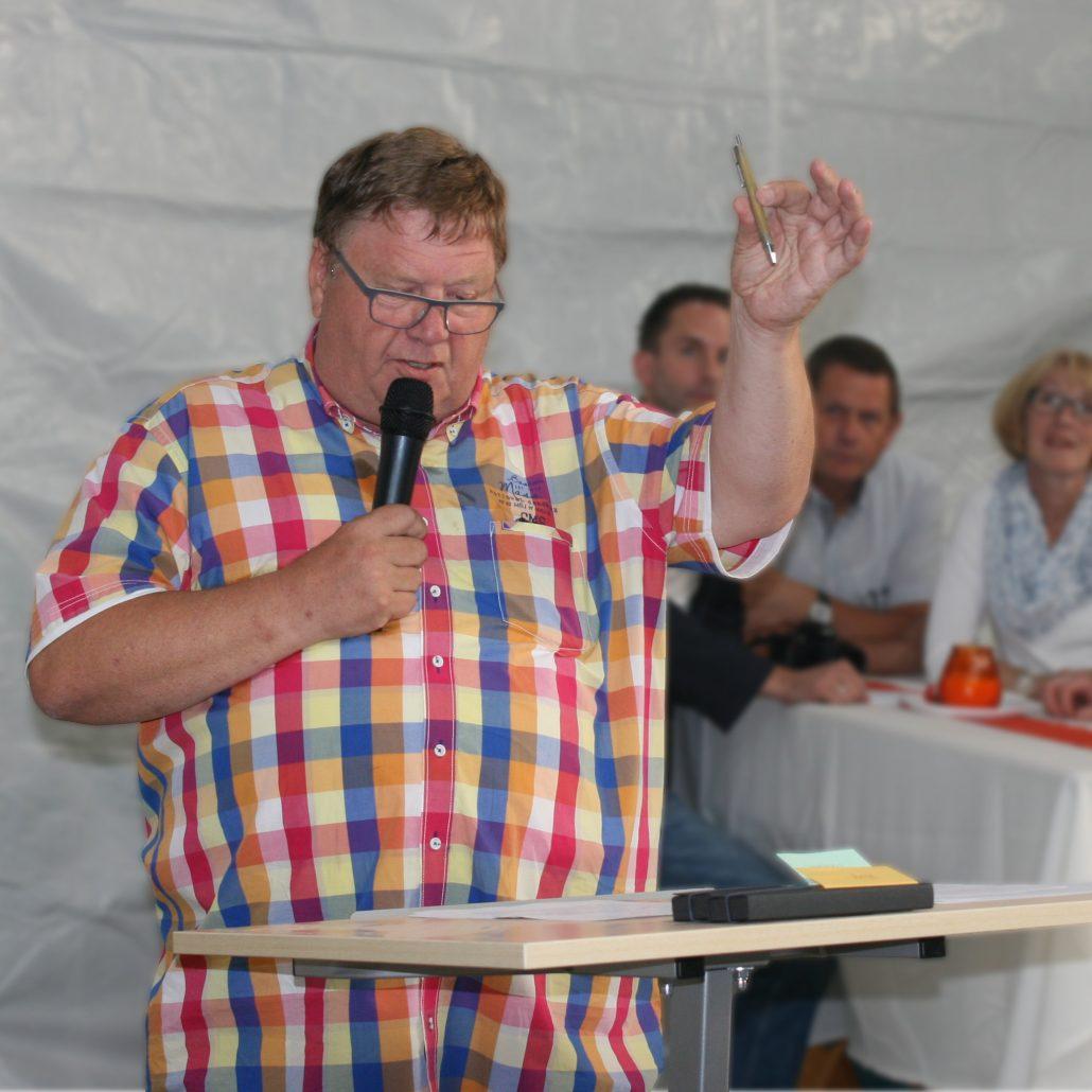 """Henk de Jongs wichtiger """"Vertrags-Stift"""" darf nicht fehlen."""